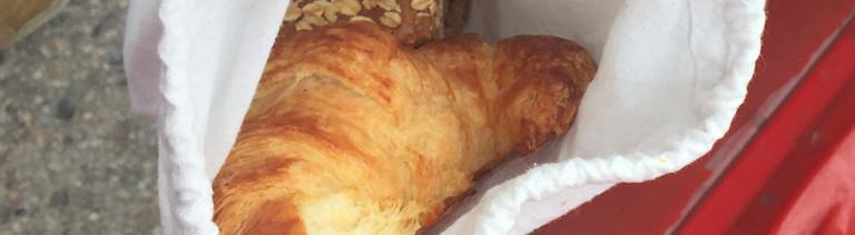 Croissant in einem Stoffsäckchen