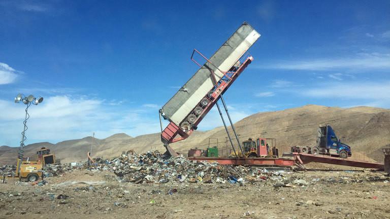 Ein Kipplaster auf einer Müllkippe in Nevada