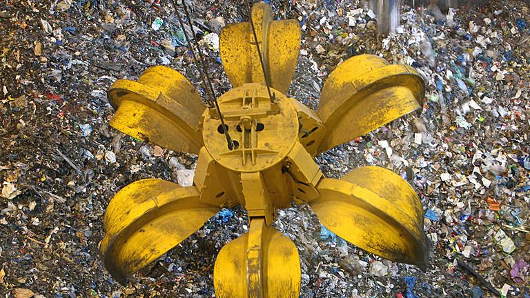 In der Müllverbrennungsanlage Erfurt-Ost schwebt am Dienstag (17.10.2006) der Greifer des Krans im Müllbunker. Etwa 90.000 Tonnen Müll sollen hier jährlich mechanisch-biologisch aufbereitet und verbrannt werden. Müllfahrzeuge aus Erfurt, Weimar und später auch aus dem Kreis Weimarer Land bringen den Müll zu der Restabfallbehandlungsanlage. Etwa 70 Millionen Euro investierten die Erfurter Stadtwerke in die umstrittene Anlage, gegen die es rund 10 000 Einwendungen gab. Weitere Müllverbrennungsanlagen entstehen in Thüringen bei Zella-Mehlis und Rudolstadt. Foto: Martin Schutt/lth +++(c) dpa - Report+++