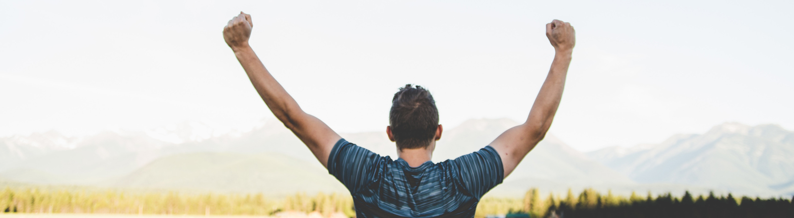 Ein Mann reckt die Arme in die Höhe