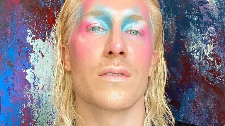 Fabian Hart mit geschminktem Gesicht