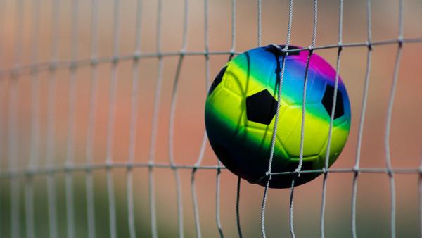 Ein bunter Fußball zappelt im Tornetz.