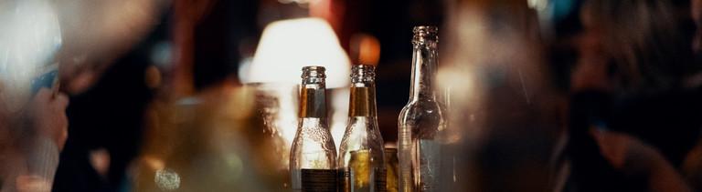 Leere Bierflaschen auf einem Tisch