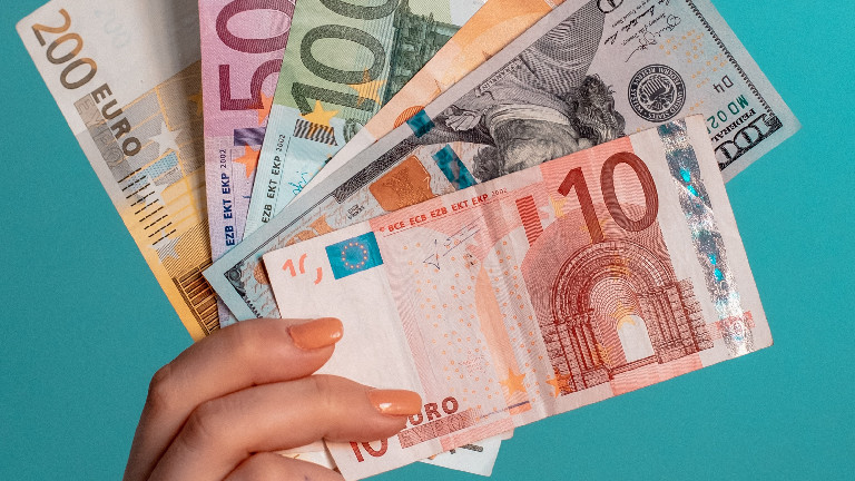 Eine Hand hält Euro-Scheine.