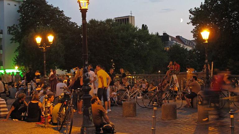 Menschen bei Nacht auf einer Brücke