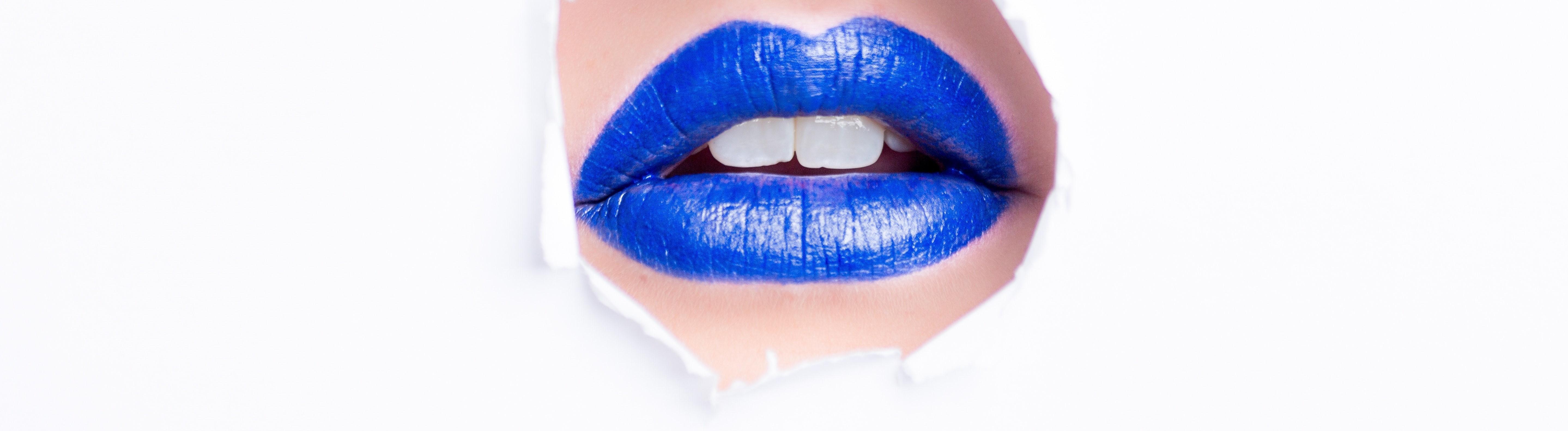 Blau geschminkte Lippen