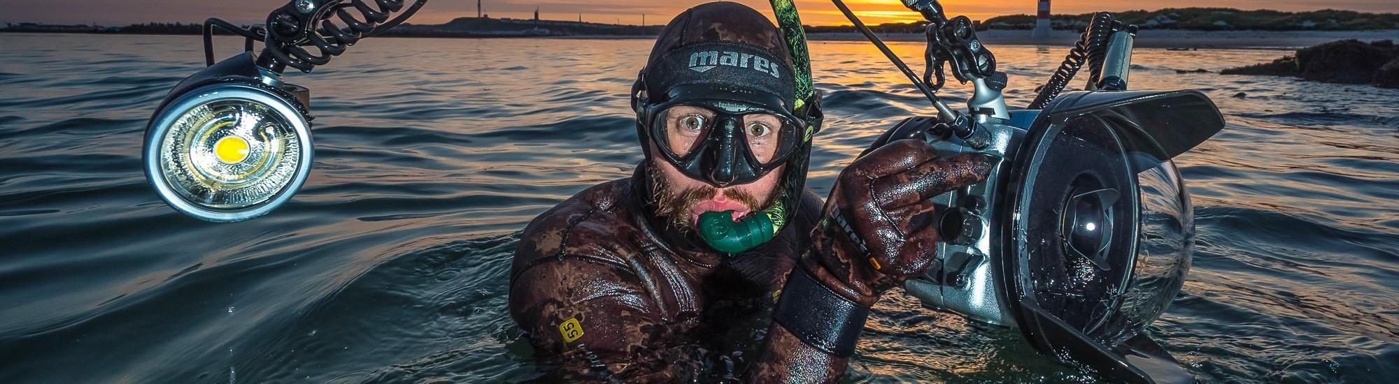 t Robert Marc Lehmann mit Tauchausrüstung im Meer.