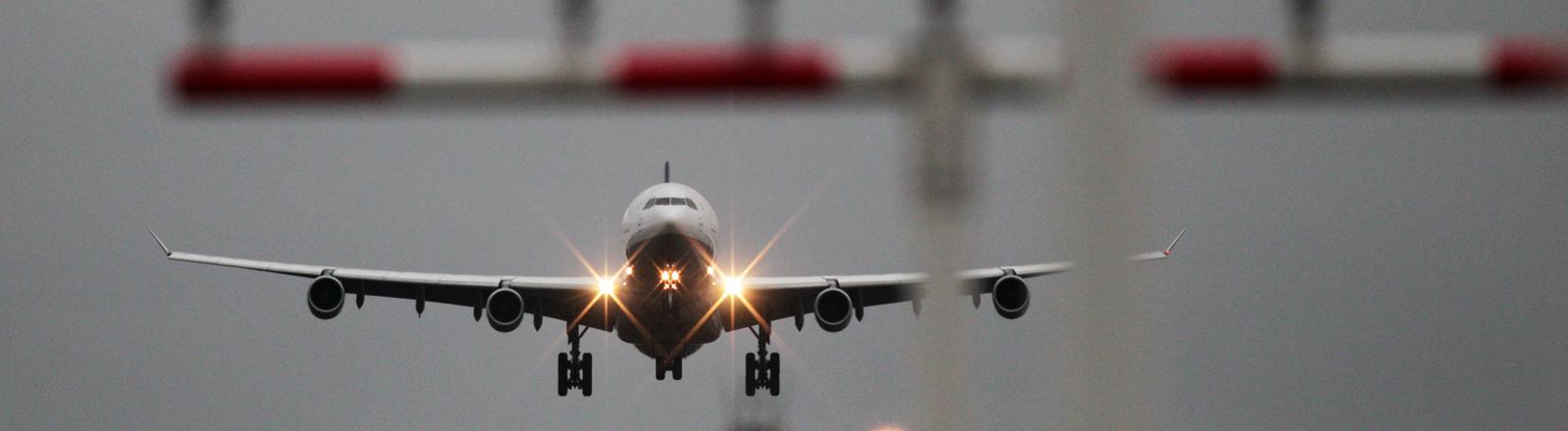 Ein Flugzeug der Lufthansa landet am 20.10.2014 am Flughafen in Frankfurt am Main (Hessen).