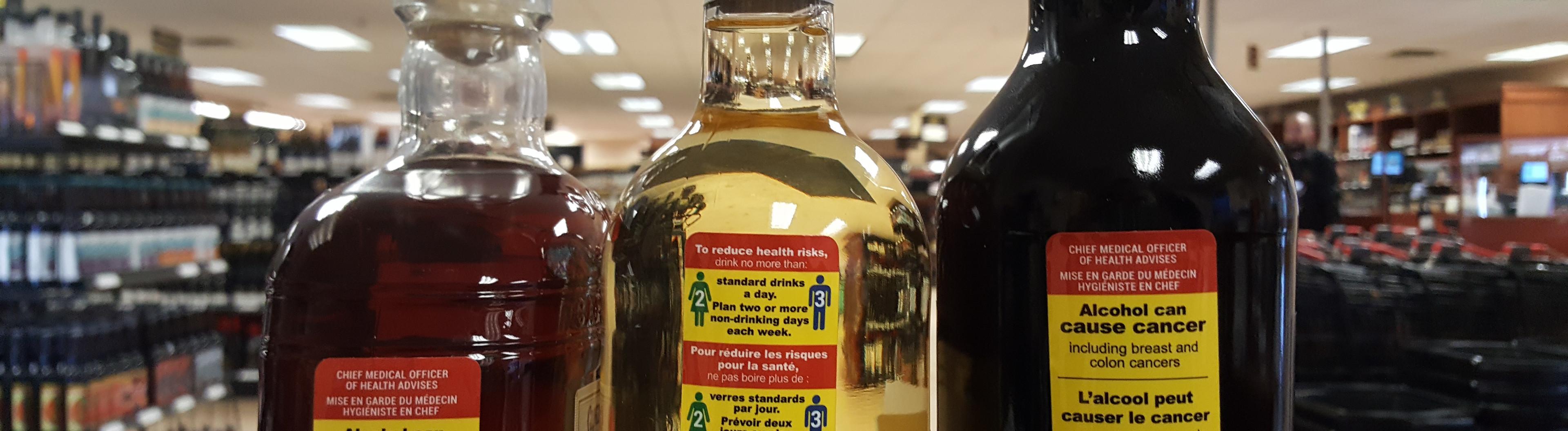 Drei Flaschen mit Warn-Etikett der Studie