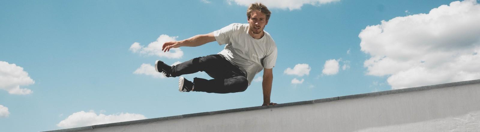 Andreas Wöhle springt über eine Mauer