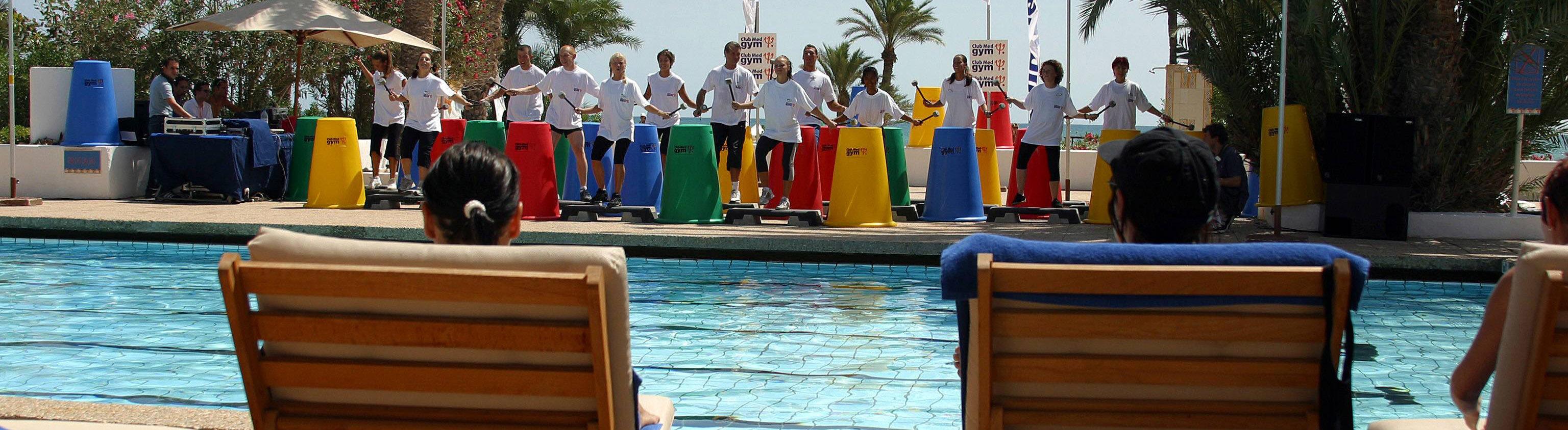 Fitnessprogamm mit Trommeln am Pool des Club Mediterranee -Djerba La Douce-