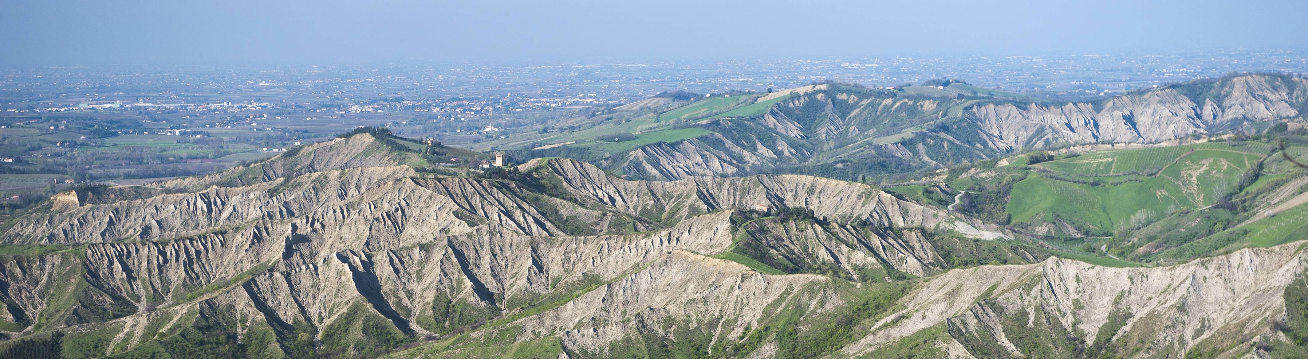 Hügellandschaft mit Erosionstälern, Ausläufer des Apennin-Gebirges, hinten Küstenebene der Adria, Brisighella, Emilia-Romagna, Italien, Europa