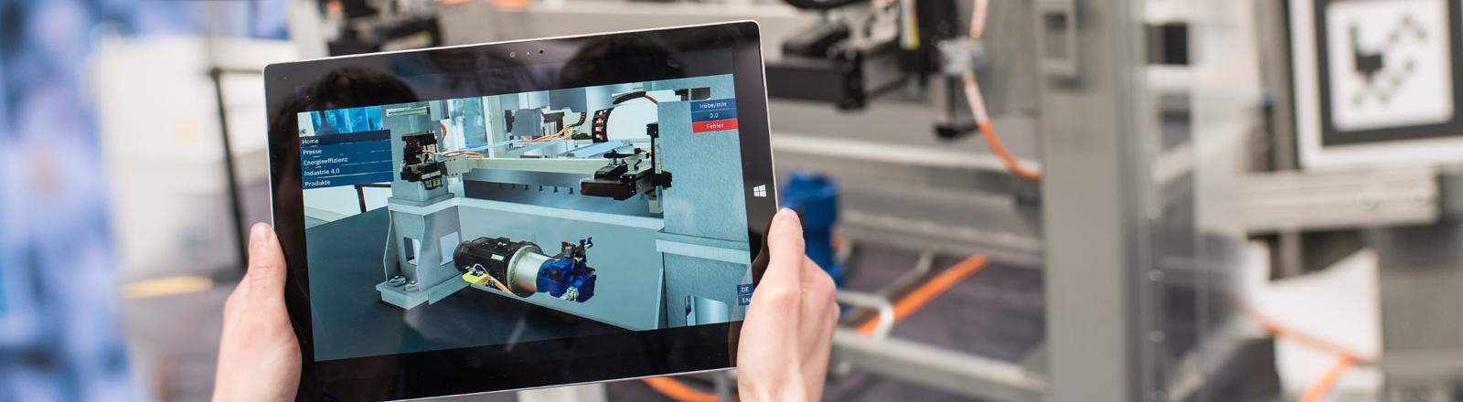 Auf einem Tablet wird am Beispiel einer Maschine Augmented Reality gezeigt.