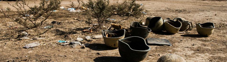 Helme von kurdischen Soldaten auf dem Boden im Nordirak. Bild: dpa