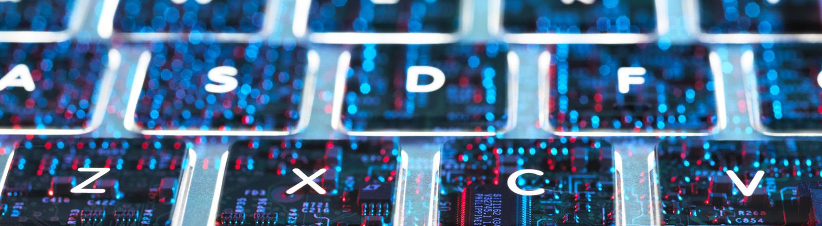 Computer-Tastatur mit Datenpunkten.