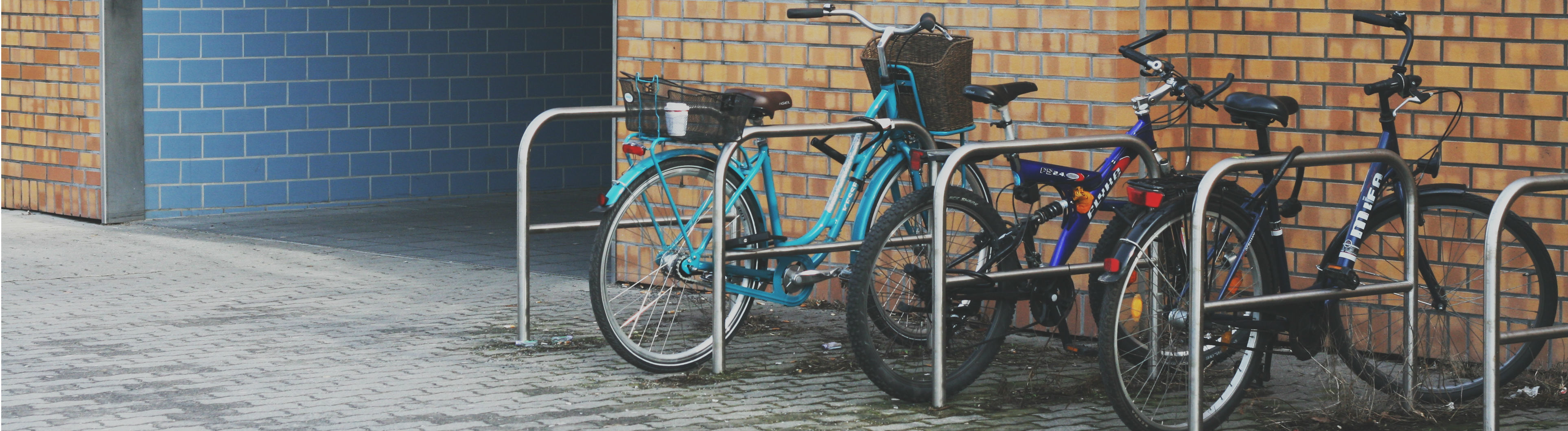 Fahrräder an einer Haltestelle