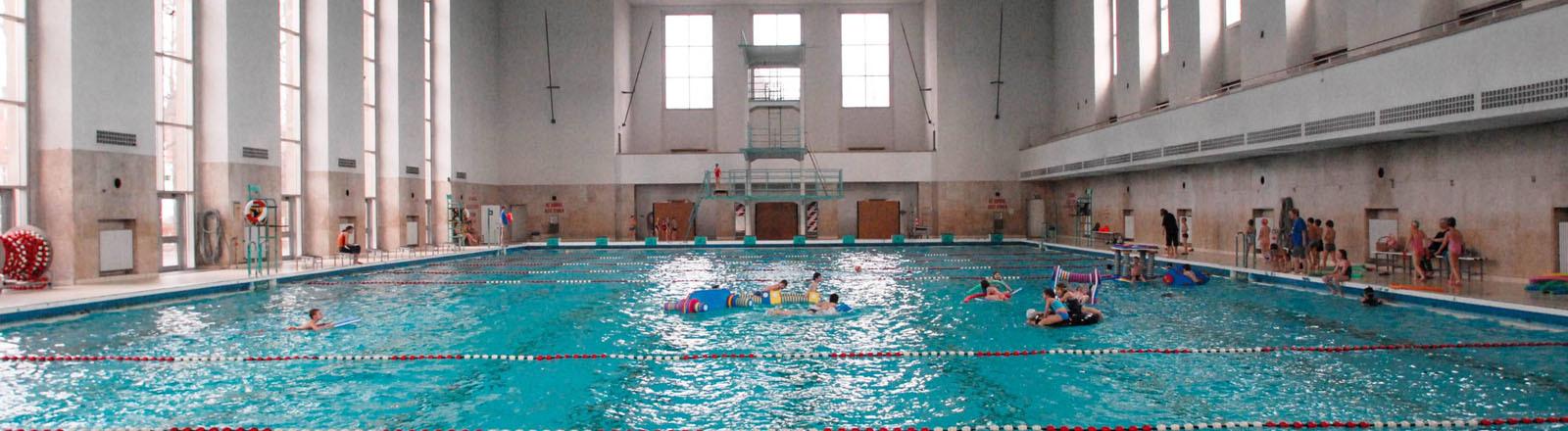 Schwimmbecken, in dem Menschen schwimmen.
