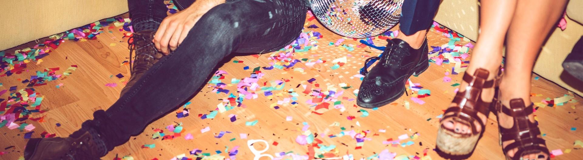 Konfetti liegt nach dem Ende einer Party auf dem Boden.
