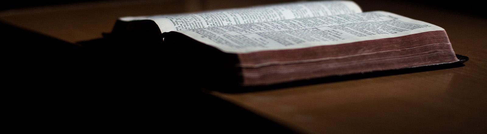 Eine aufgeschlagene Bibel auf dem Tisch
