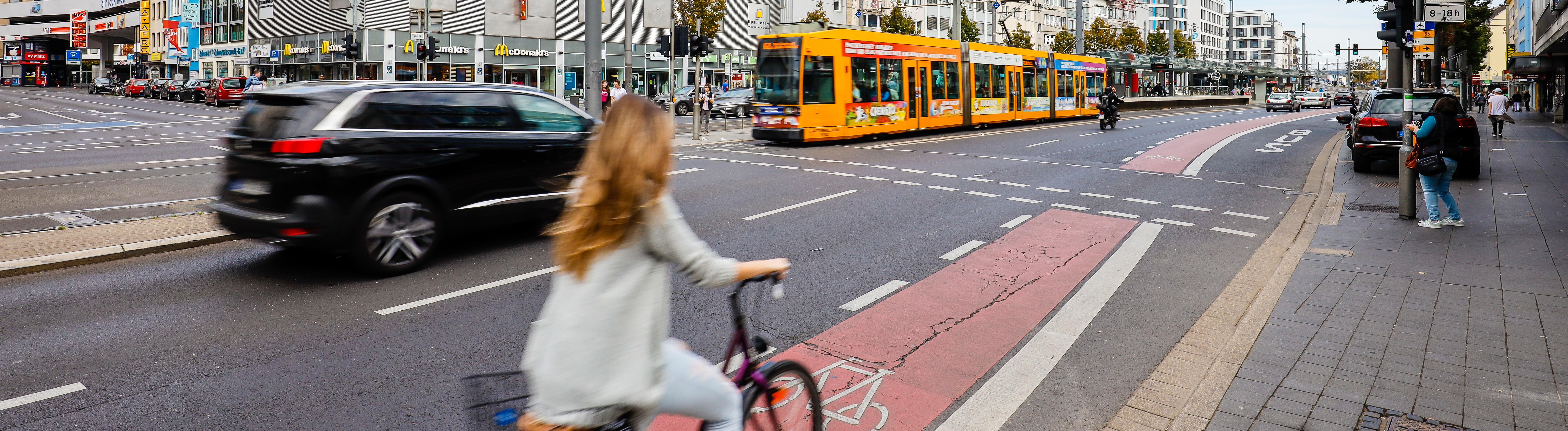 Strassenkreuzung mit Fahrradfahrern, Fussgaengern, Autos und Strassenbahn, Bonn, Nordrhein-Westfalen, Deutschland Bonn Nordrhein-Westfalen Deutschland