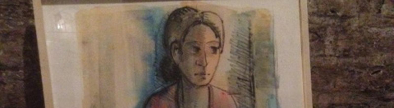 Bild mit einer Frau an eine Wand gelehnt.
