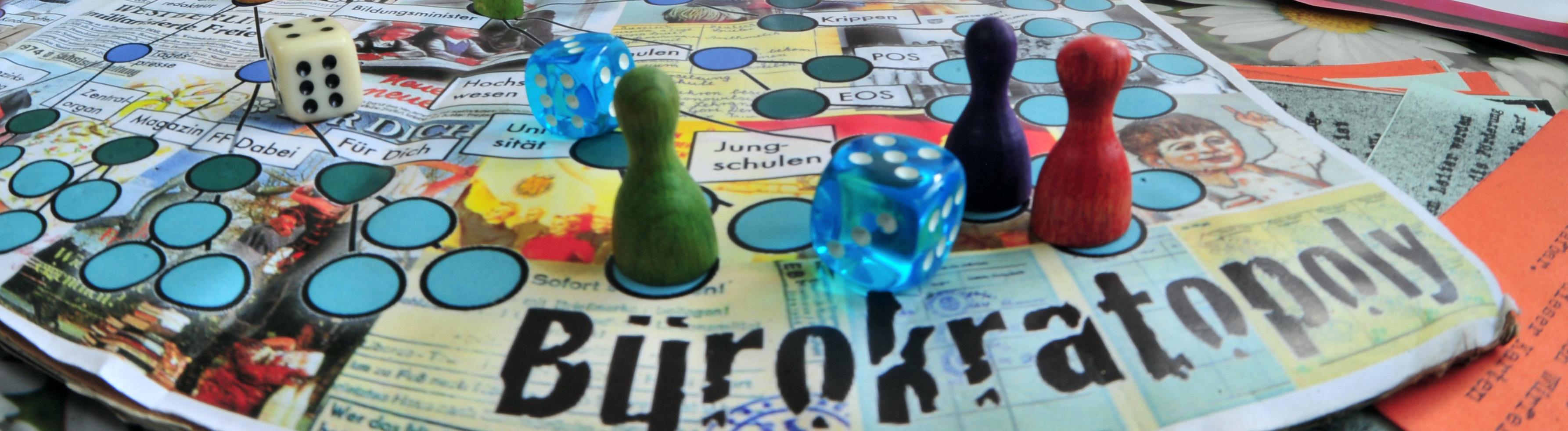Martin Böttger zeigt ein mit Freunden entworfenes «Bürokratopoly-Spiel», aufgenommen am 11.05.2012 in Zwickau.