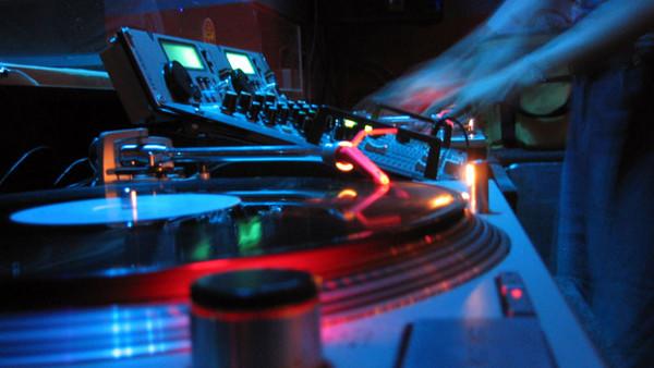 Ein DJ legt auf.
