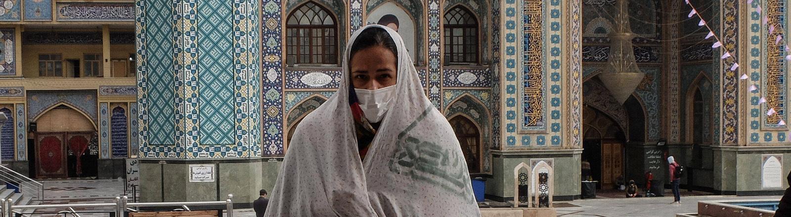 Frau in Teheran mit Mundschutz am 26.2.2020