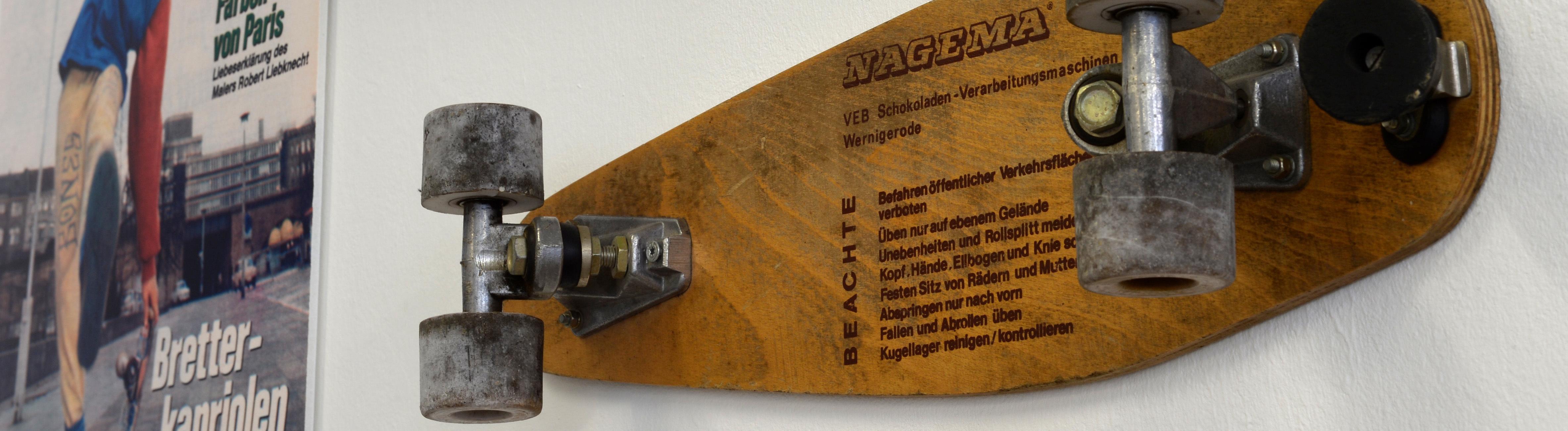 Zahlreiche Vorschriften und ein Bremsklotz sind am 13.08.2013 während der Aufbauarbeiten einer Skateboard-Ausstellung im Stattbad in Berlin-Wedding auf einem typischen DDR-Skateboard zu sehen.