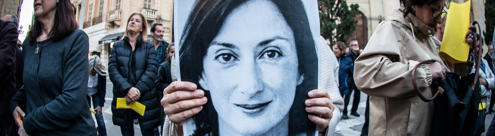 Eine Protestierende hält ein Foto der ermordeten Journalistin Daphne Caruana Galizia in der Hand.