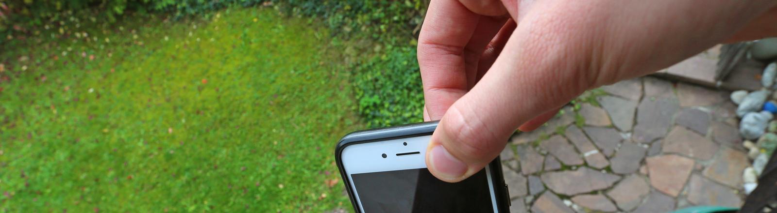 Extreme Smartphone Pinching. dpa