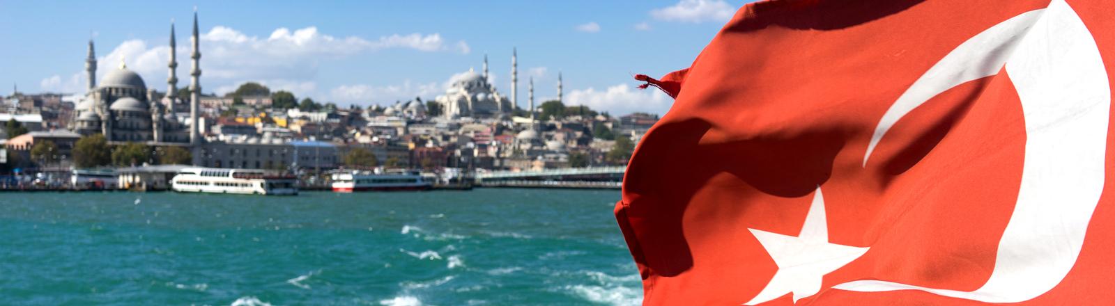 Blick auf Istanbul von einer Fähre