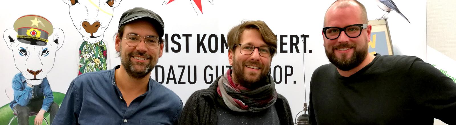 Gerald Koenen und Raphael Vollmar mit DRadio-Wissen-Moderator Sebastian Sonntag (Mitte)