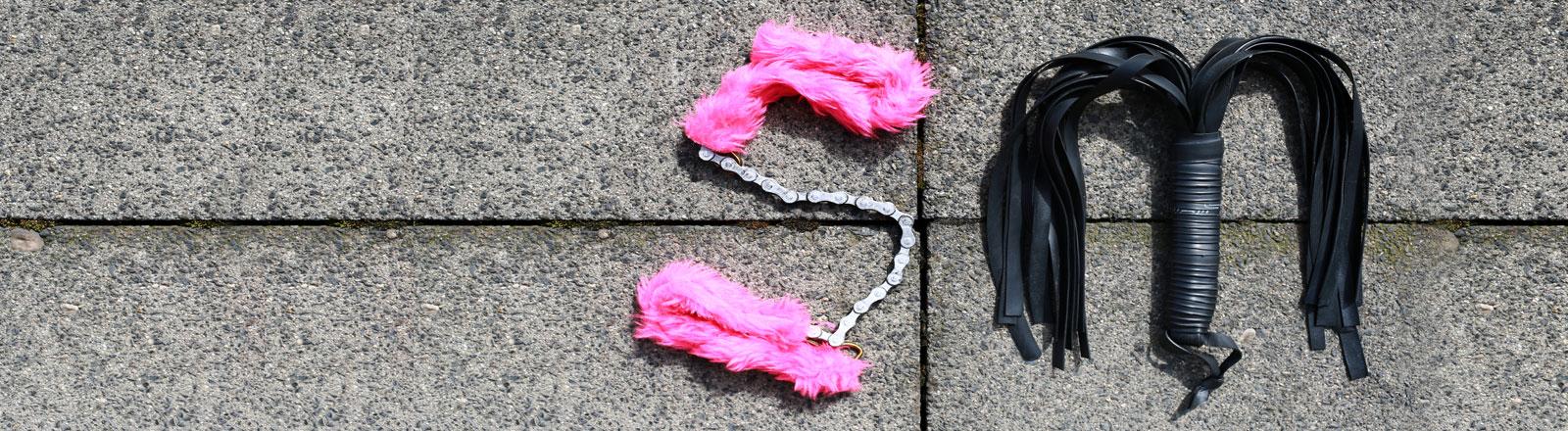 Die Lettern S und M, geformt aus Sexspielzeug