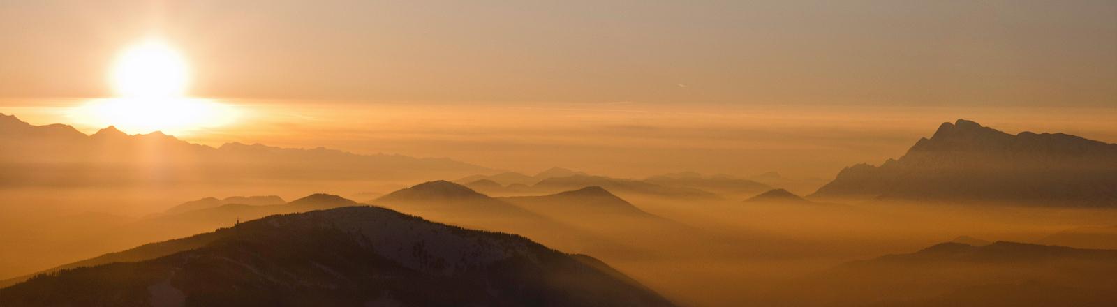 """Eine hübsche Hügellandschaft, über der gerade die Sonne untergeht. Könnte auch aus """"Herr der Ringe"""" sein."""