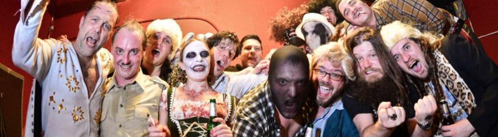 Das Team vom Weird Wrestling Circus posiert in abstrusen Kostümen für ein Teamfoto.