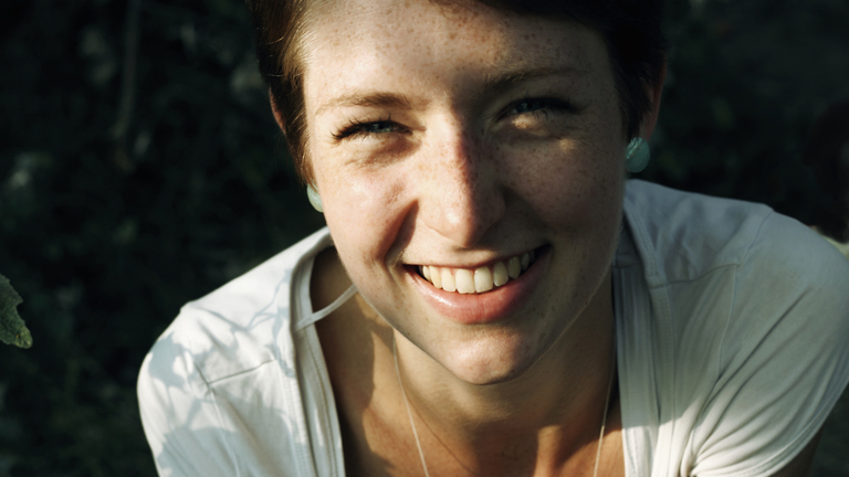 Diese Mimik ist wohl eindeutig: Das Lächeln der Frau zeigt Freude.