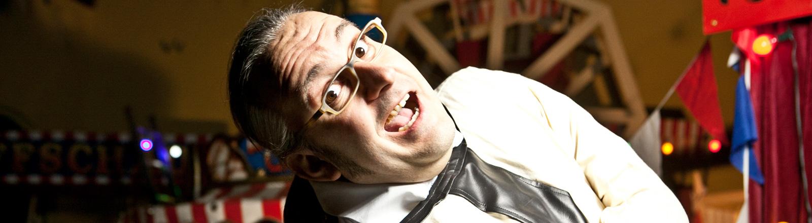 Marco Assmann trägt eine Brille und schaut mit offenem Mund und aufgerissenen Augen in die Kamera.