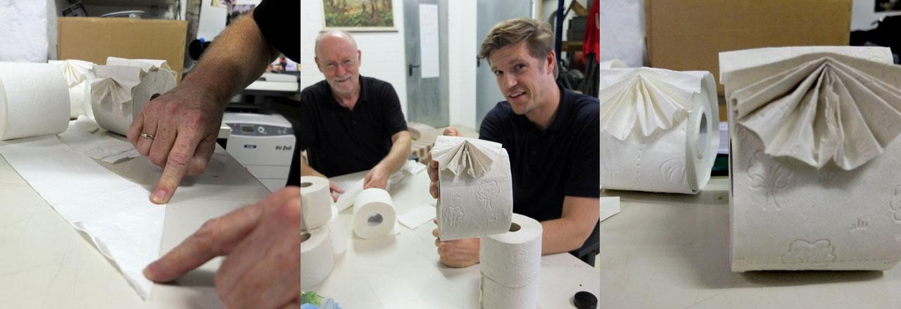 Reporter Thilo Jahn lässt sich in die Kunst des Klopapier-Faltens einweisen.
