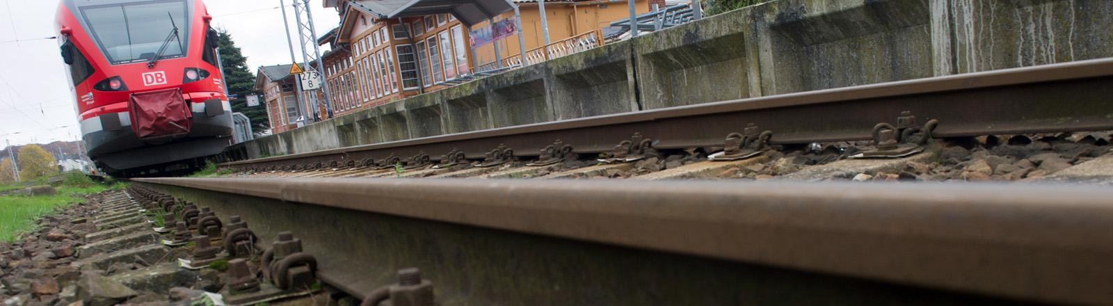 Ein Fernzug auf Schienen.