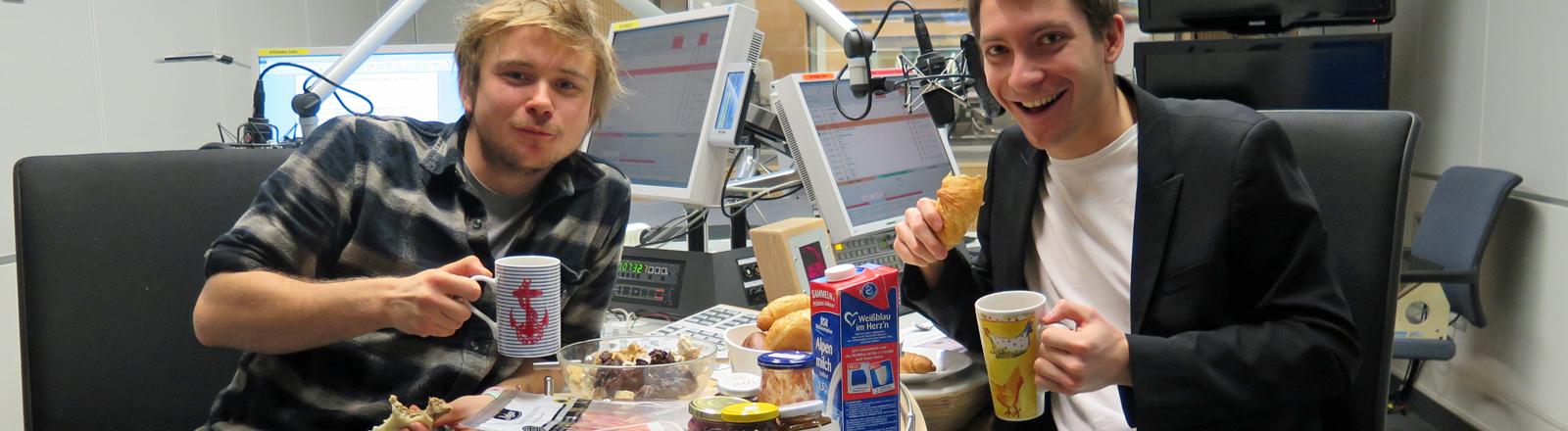 Moderator Markus Dichmann frühstückt im Studio von Dein Sonntag mit dem Regisseur Tali Barde am 21.12.2014.