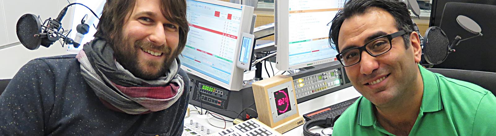 Sinan Akkus sitzt im Studio neben dem Moderator Sebastian Sonntag.