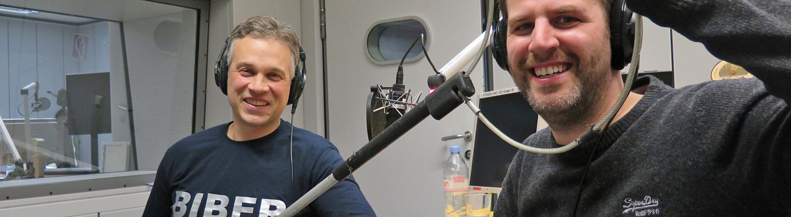 Der Tierretter Michael Schäfer sitzt im Studio. Er hält eine Schlinge vor den Kopf des Moderators.