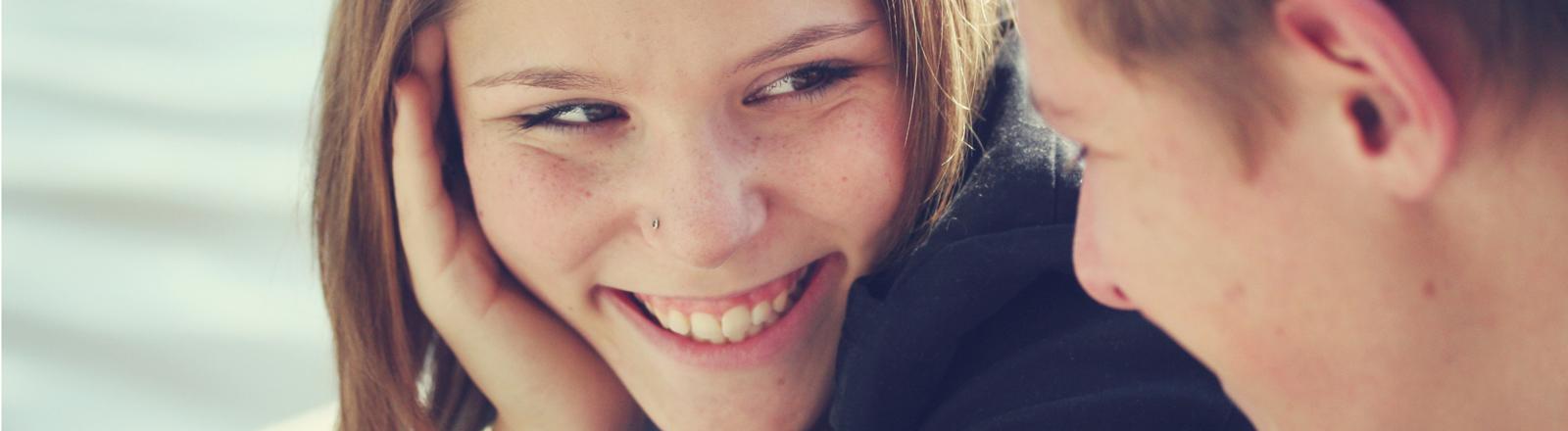 Eine Frau lächelt Mann an.