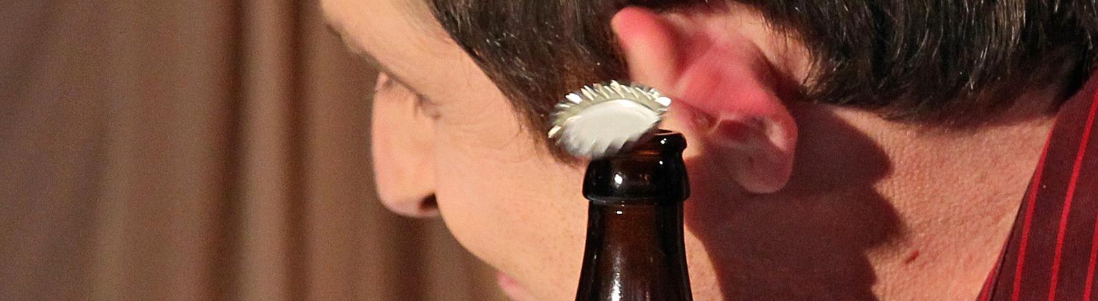 """Wettkandidat Tobias Berger schnippst mit seinem Ohr Kronkorken in Biergläser (12.02.2011) bei """"Wetten, dass..?""""; Bild: dpa"""