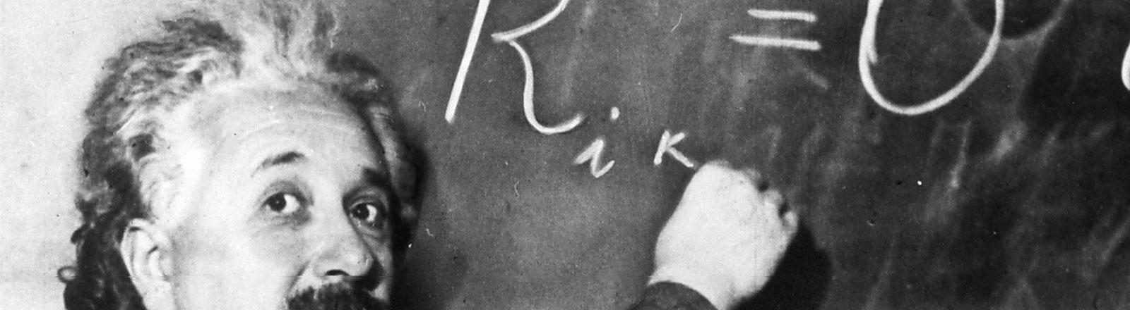 Albert Einstein schreibt an die Tafel