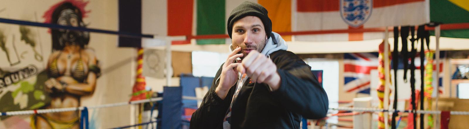 """Takis Würger ist Journalist und Boxer und hat ein Buch über den Boxsport geschrieben mit dem Titel """"Knockout: Das Leben ist ein Kampf. Die 20 besten Geschichten vom Boxen""""."""