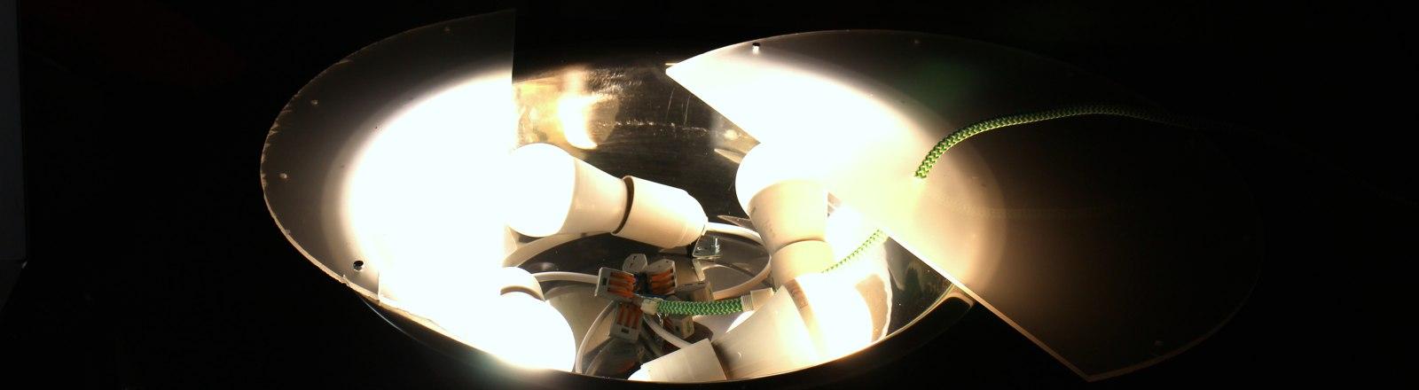 DIY-LED-Deckenleuchte aus einer Salatschüssel basteln.