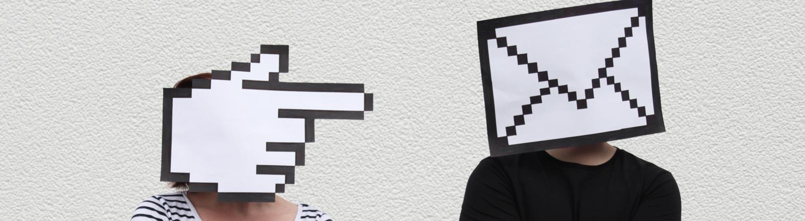 Zwei Personen tragen Gesichtsmasken aus einem Mauszeiger-Icon und einem Brief-Icon.
