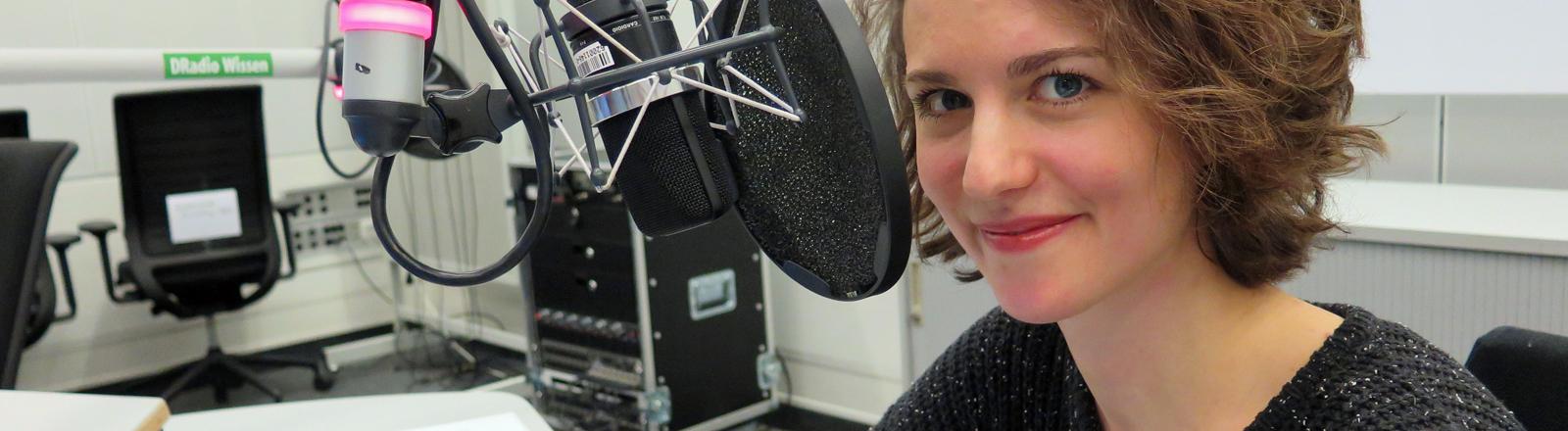Die Dokumentarfilmerin Laurentia Genske sitzt im Studio von DRadio Wissen.